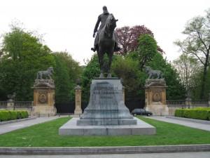 Statuia impozantă a regelui Leopold II la intrarea în Piața Tronului care înconjoară Palatul Regal din Bruxelles