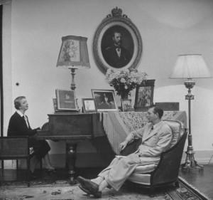 Elena Lupescu și Carol al II-lea în salonul fostei lor reședinte din Estoril, Portugalia
