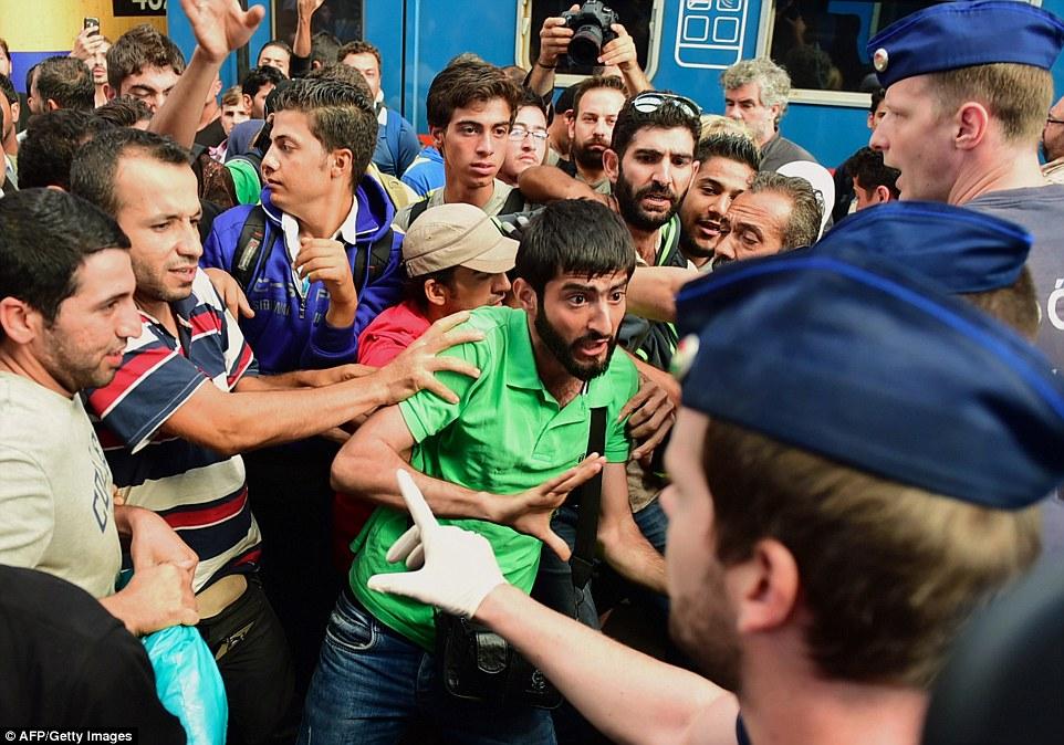 Gara Keleti Budapesta emigranti2