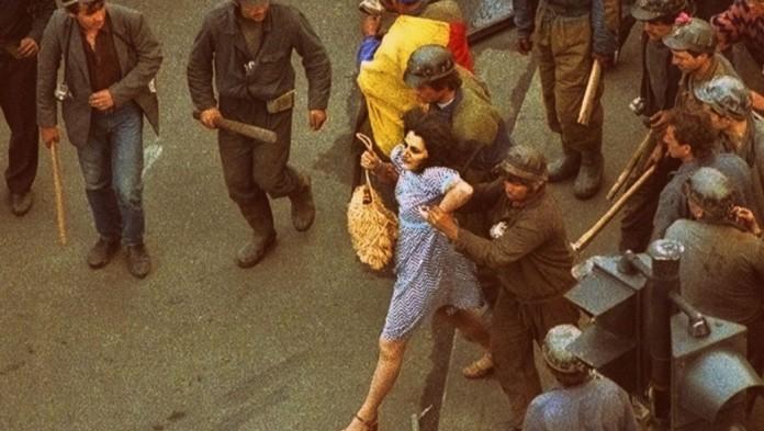 Mineriada 1990 femeia in rochie albastra