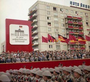 berlin-parada-rosu-comunism-antifascism-germania-de-est-1986